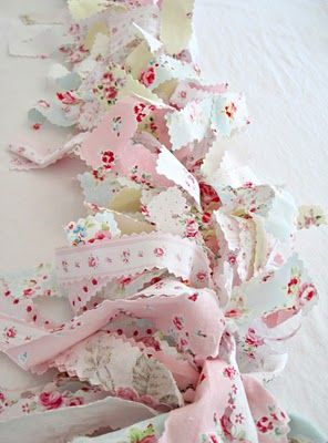 Bunting with bows of fabric scraps Use those pieces of fabric from Roxy?