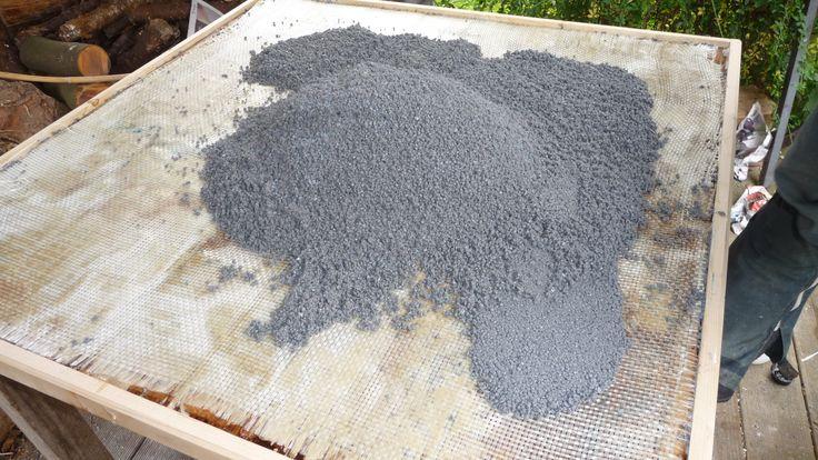Etaler le mélange sable résine