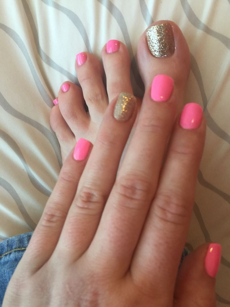 I don't like the pink color. But I like the matching mani ...