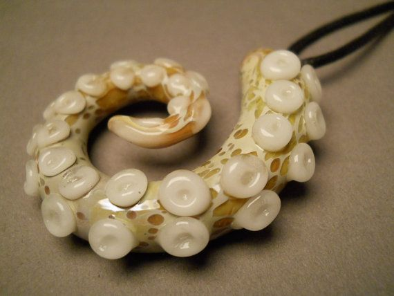 Hey, j'ai trouvé ce super article sur Etsy, chez http://www.etsy.com/fr/listing/98547005/glass-octopus-jewelry-tentacle-pendant
