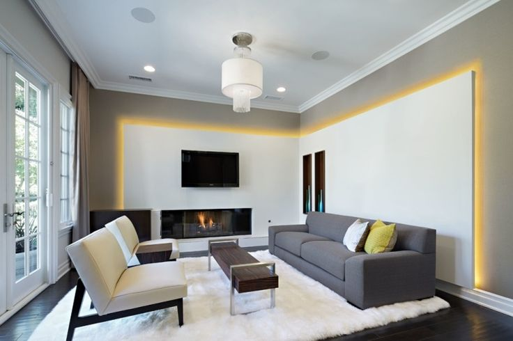 l'éclairage indirect donne au salon contemporain une touche de chaleur