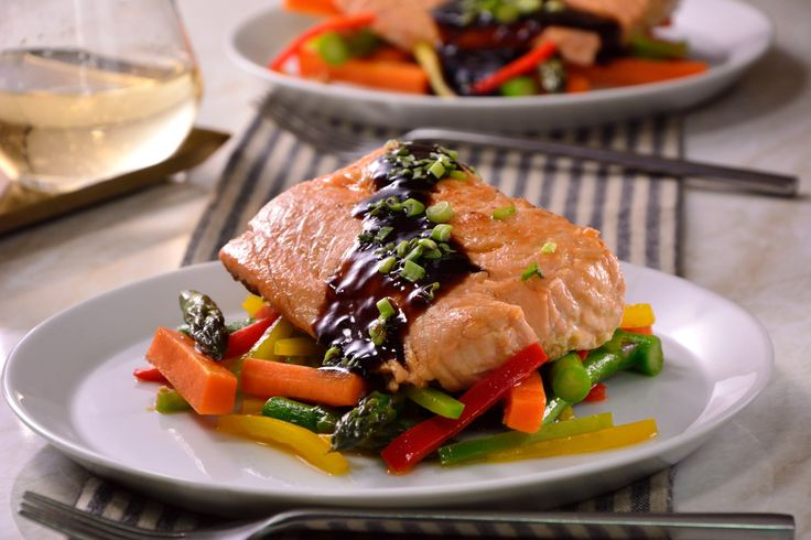 Prepara esta fácil receta de salmón con verduras crocantes, en una reducción agridulce de vinagre balsámico con miel y mostaza a la antigua, con un poco de cebolla cambray finamente picada. Este platillo es ideal para servir una comida completa en tan solo unos minutos.