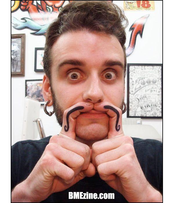 l'oramai classico tatuaggio dei baffi sulle dita... sempre divertente!