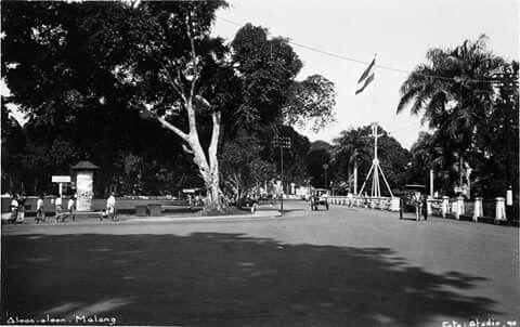Aloon-aloon Malang 1930 diphoto dari depan Hotel Palace (Pelangi). Tiang bendera dengan Triwarna yang berkibar adalah kediaman resident Malang. Malang Tempe Sanan/ManchoeZ.A.