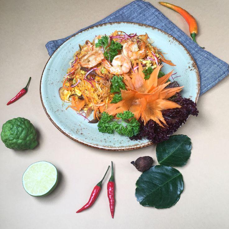 А вы уже попробовали нашу стеклянную лапшу с креветками? 🍝🍤Готовится на воке с добавлением грибов  муэр, шитаки, ростков сои и моркови. 🥕 🍄 Получается очень вкусно и полезно! Ждём Вас каждый день по адресу Гаванская д.4 с 12.00-23.00 🐼 #золотаяпанда#васька#спб#доставка#кафевьет#вьеткафе#гаванская#доставкаеды#monanviet#vietcafe#вьетнамскаякухня#кафеспб