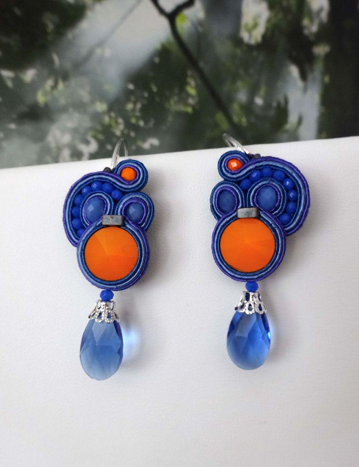 MonikaS pendientes de soutache con rivoli opaco naranja, cristales facetados y lágrima de swarovsky.
