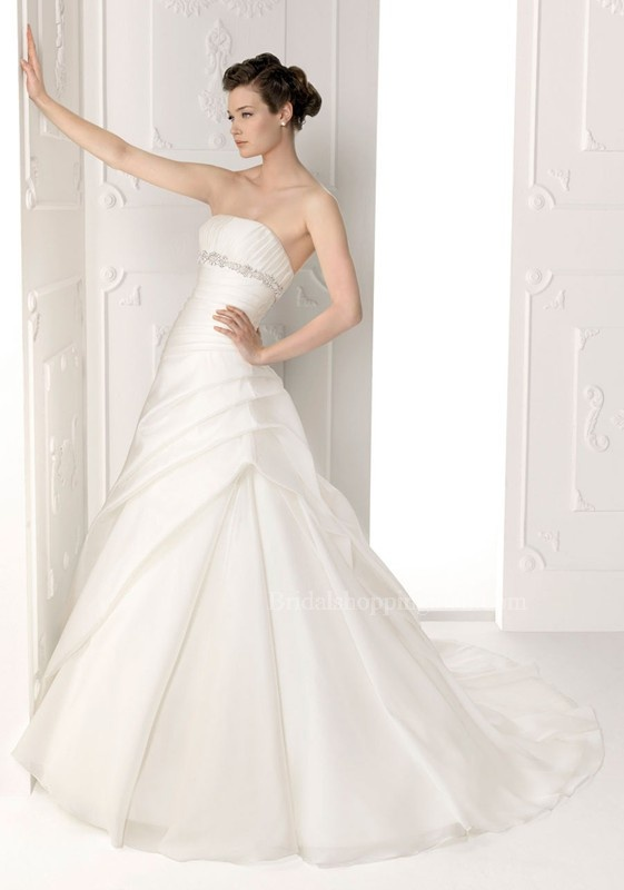 Wedding dress for sale in Huddersfield. Used second hand Wedding clothes & accessories for sale in Huddersfield. Wedding dress available on car boot sale in Huddersfield. Free ads on CarBootSaleWestYorkshire online car boot sale in Huddersfield - 15072