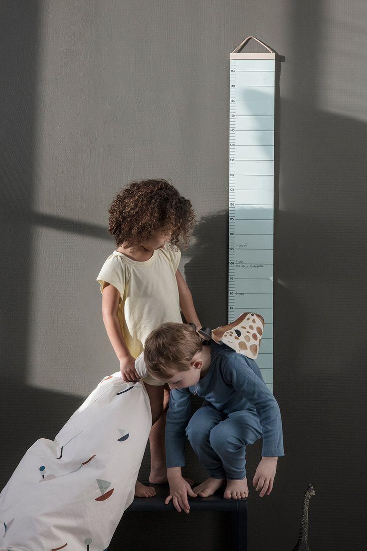 Mätsticka att hänga på väggen från Ferm Living. Kids Growth Chart är tillverkad i papper, för möjligheten att skriva på, har trälister på kortsidorna samt ett lädersnöre för upphängning. Tack vare de sobra färgerna och dess stilfulla design passar den lika bra i barnrummet som i köket eller hallen.Mäter upp till 170 cm.