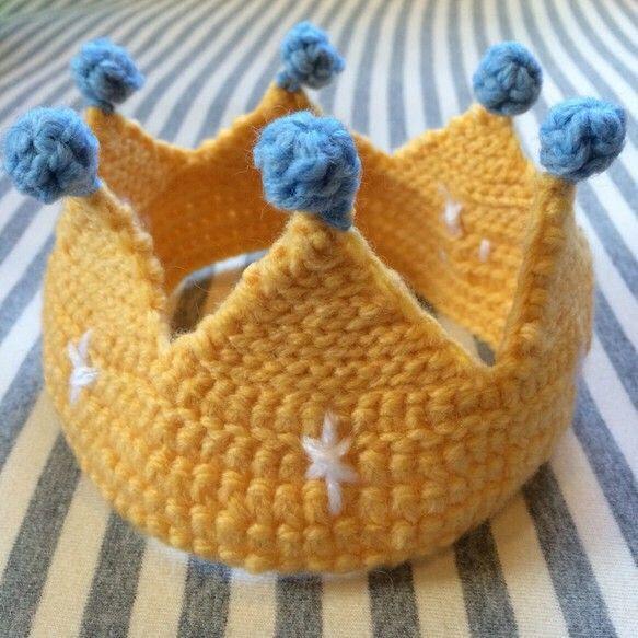 赤ちゃん用の冠です。ハーフバースデーや、1歳のお誕生日にいかがでしょうか? 平置きで約20~21cm、高さ約10cmあります。 毛糸で編んであるため、多少伸び...|ハンドメイド、手作り、手仕事品の通販・販売・購入ならCreema。