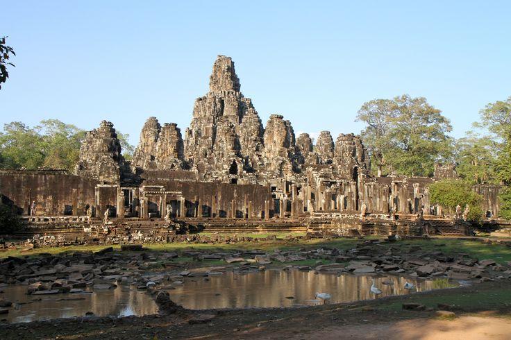 BayonKamboçya'daAngkor Thom'un merkezinde yer alan zengin süslemeleri olan bir Khmer tapınağı. 12. yüzyılın sonlarında Mahayana Budist Kral Jayavarman VII tarafından devlet tapınağı olarak inşa edilmiş. Jayavarman'ın ölümünün ardından gelen kralların dinlerine göre Hindu ve Theravada Budist inançları doğrultusunda değiştirilmiş. Bayon'un en önemli özellikleri merkezi zirve ve etrafındaki 37 kulenin üzerindeki mistizme merağı olan herkesin aklını alacak devasa yüz figürleri.