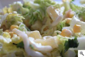 готовый салат из кальмара, ананаса и пекинской капусты