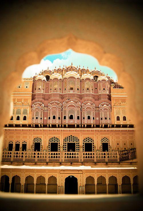 HAWA MAHAL (Palacio de los vientos) / Es un palacio de la ciudad de Jaipur en la India. Fue construido en el año 1799 por el Marahá Sawai Pratap Singh y fue diseñado por Lal Chand Usta. Formaba parte del Palacio de la ciudad. Servía como extensión de la zenana o cámara de las mujeres destinada al harén. La función original del edificio era la de permitir a las mujeres reales observar la vida cotidiana de las calles de la ciudad sin ser vistas.