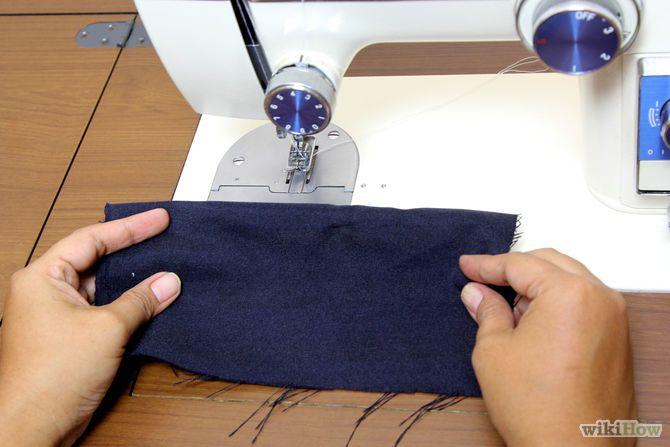 Step 21-Esercitati su qualche materiale di scarto. Per la tua prima esperienza di cucito, scegli un materiale semplice in tessuto, non di maglia. Non utilizzare un tessuto molto pesante per i tuoi primi tentativi di cucito a macchina. Il denim e la flanella possono essere difficili da cucire, perché sono troppo spessi quando sono impilati su strati diversi.