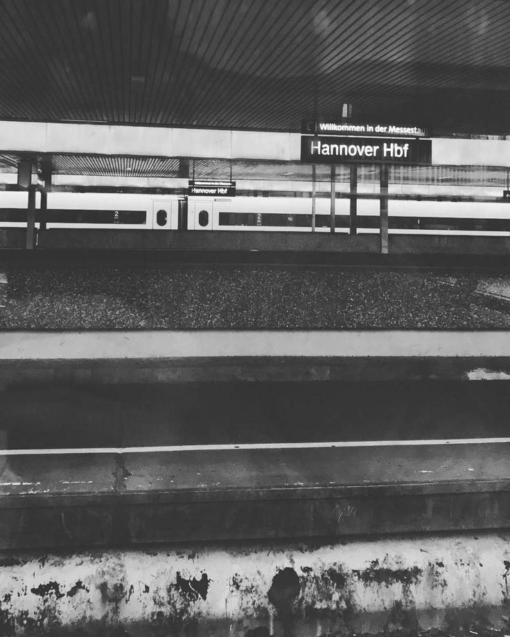 Schichten des Hannoveraner Hauptbahnhofs. ________________________________________________ #travelling #hannover #hauptbahnhof #hanover #geis #deutschebahn #trains #züge #trainlovers #tracks #zugluft #schwarzweiß #blackandwhite #blackandwhitephotography
