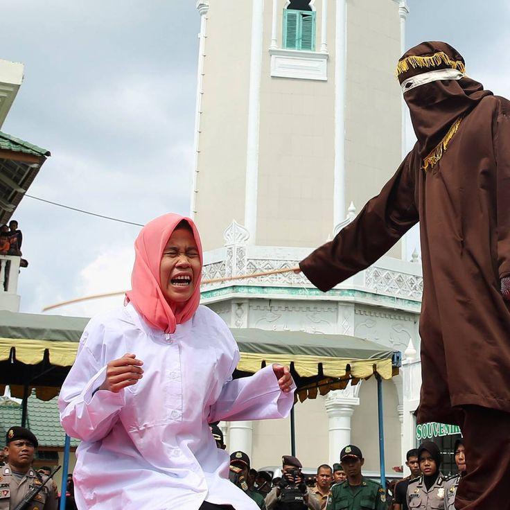 """Terpidana kasus khalwat (mesum) dieksekusi cambuk dengan menggunakan rotan oleh algojo di halaman Masjid Baiturrahim, Ulee Lheu, Banda Aceh, Aceh, Senin…"""