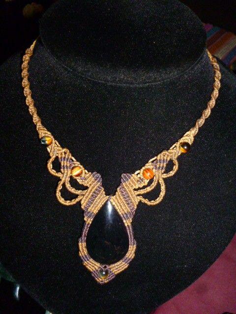 collar tejido a mano hilo encerado con piedra de obsidiana