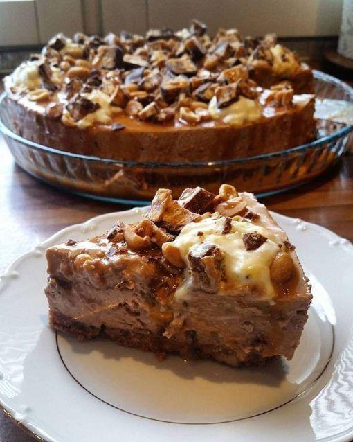 Makeaa ja suolaista yhdistelevä Iltalehden reseptipalvelun Kotikokin Snickers-juustokakku on näyttävä ilmestys kahvipöydässä. Suklainen, pähkinäinen ja kinuskinen kakku vie taatusti kielen mennessään.
