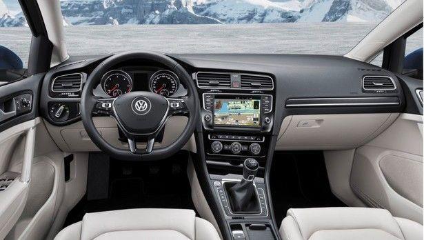Centrum zarządzania z komfortem nowego #VW #Jetta  Świetnie zorganizowany, ergonomiczny kokpit niewątpliwie przykuje Twoją uwagę. Zegary osadzone w tubach przyciągają wzrok sportową estetyką. Podobnie jak wyloty powietrza, również obrotowe przełączniki świateł oraz inne elementy zamknięto w chromowanych obudowach. Luksusu i elegancji dodadzą skórzane uchwyty na dźwigni zmiany biegów i na hamulcu ręcznym oraz kierownica powleczona skórą.