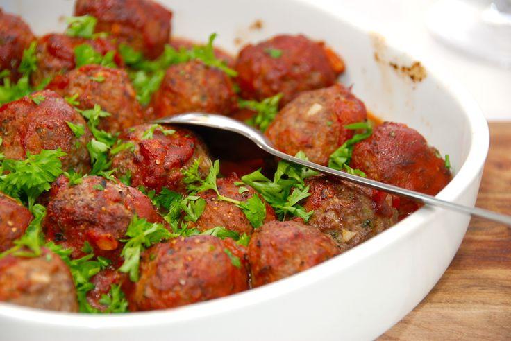 Det her er simpelthen de bedste italienske kødboller i tomatsovs, som du overhovedet kan forestille dig. Kødbollerne er stegt i ovnen, og drysset med frisk persille. Foto: Guffeliguf.dk.