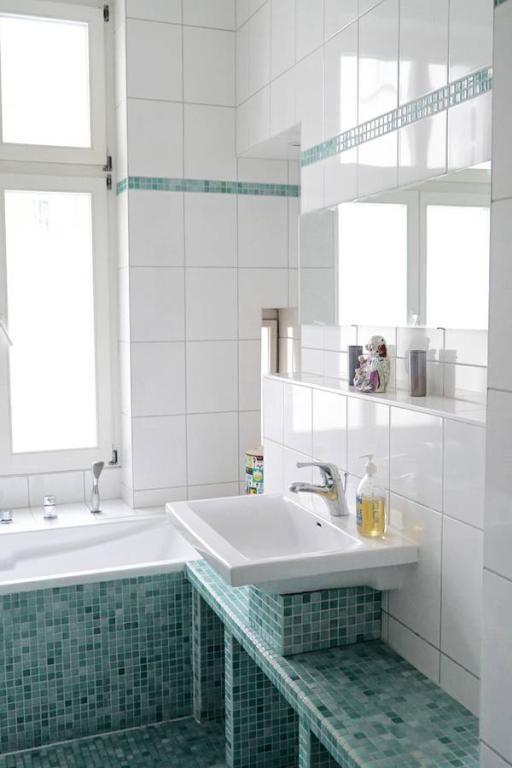 Badezimmer-Inspiration vom Feinsten: blaugrüne, meerblaue Fliesen und modernes Waschbecken mit großem Spiegel.  Wohnun in Berlin. #Berlin #bathroom