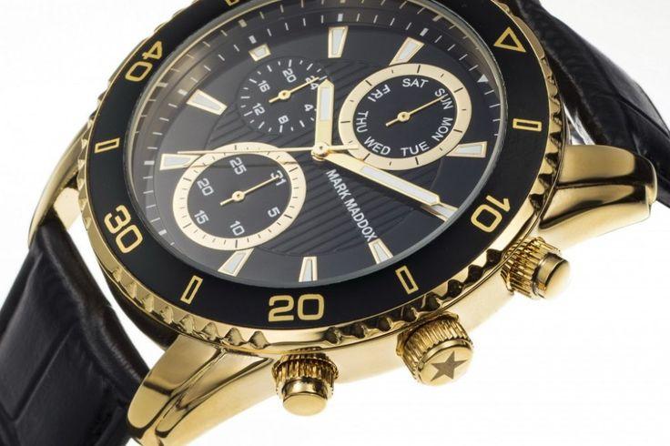 Luxusní design pánských hodinek Mark Maddox s černým ciferníkem s detaily ve zlaté barvě na černém koženém řemínku, dodá každému muží výjmečnost.