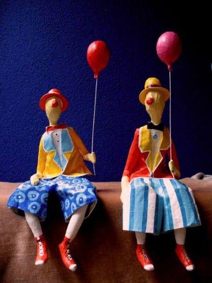 Esculturas em papel de palhaços sentados com balão. Valor unitário.