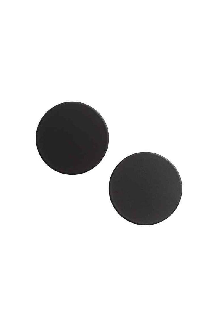 Brincos redondos: Brincos redondos em metal mate pintado. Diâmetro: 3 cm.