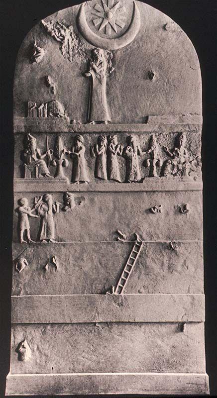 Estela de Ur-Nammu, de Ur. Periodo Neosumerio. 2100-2000a.C. Filadelfia, Museo de Arqueología y Antropología de la Universidad de Pennsylvania. Reconstrucción de la cara anterior. Ur-Nammu de Ur fue el príncipe fundador de la Tercera Din. La estela conmemora la fundación del templo. Su precedente es la Estela de los Buitres Sumeria, y es la única que ha podido reconstruirse de esta época. Es una obra de grandes dimensiones (3m alto x 3m 1/2 ancho). Sus restos están en difrentes museos.