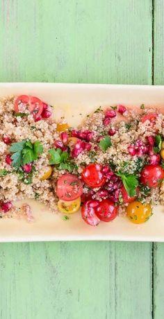Erleben Sie mit unserem REWE Rezept für veganen Quinoasalat mit bunten Tomaten und Granatapfelkernen eine köstliche Geschmacksvielfalt ohne tierische Produkte »»  https://www.rewe.de/rezepte/bunter-veganer-quinoasalat/