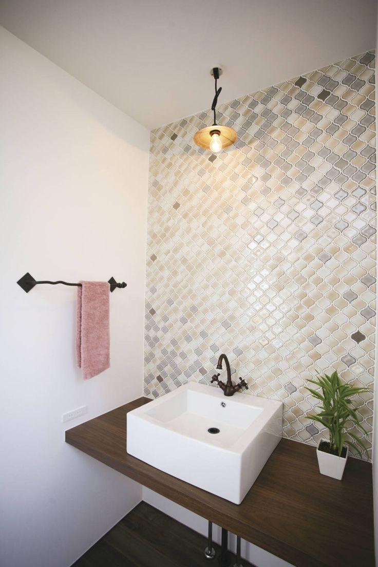 タイルのモダンな取り入れ方とは? #タイル #モダン #アイデア #homify スターディ・スタイル一級建築士事務所 の モダンな 洗面所/風呂/トイレ モザイクタイルの配列が美しい洗面室