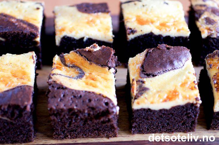 Oh my - give me some! Mektig sjokoladekake med mørk sjokolade- og kaffesmak og lekker marmorering med ostekakefyll. Serveres med pisket krem som gjerne er smaksatt med vaniljesukker og litt rom. Utrolig godt! ♥