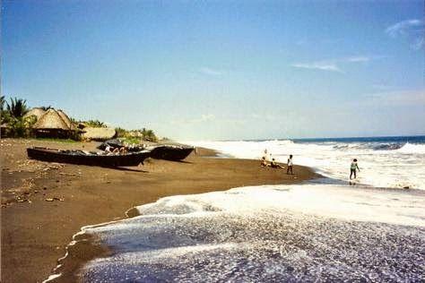 Monterrico, Santa Rosa. Esta playa de la costa pacífica de Guatemala, está ubicada en una población que lleva el mismo nombre que la playa, Monterrico, tiene granes olas y arena negra, y está rodeada de cocoteras y manglares.