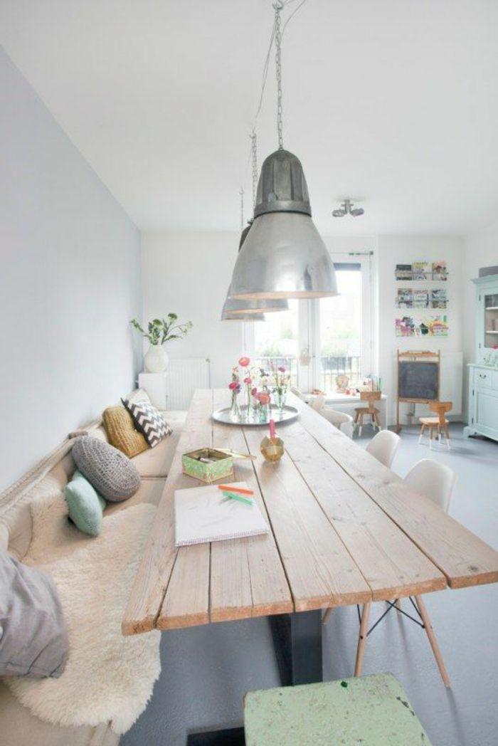 théma déco table en planchers en bois naturel, lustres gris, canapé en fourrure blanche