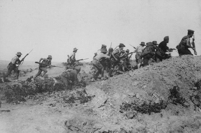 고지를 향해 돌격하는 ANZAC 병사들. 이런 멋진 모습과 달리 그들은 오스만 제국군이 난사하는 기관총 세례에 생을 마감하였다.