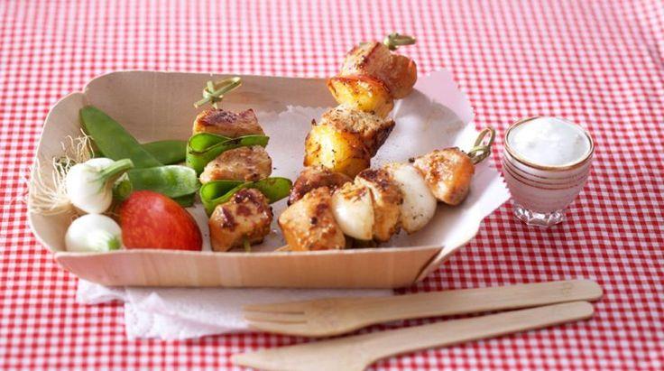 Pour vos barbecues ou vos pique-nique en famille, nous vous proposons une recette gourmande de brochettes de poulet avec sauce au yaourt.