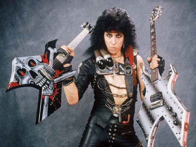 Multiplicando la rudeza - <p>Seguro pensó que con dos guitarras se vería más rudo.</p>