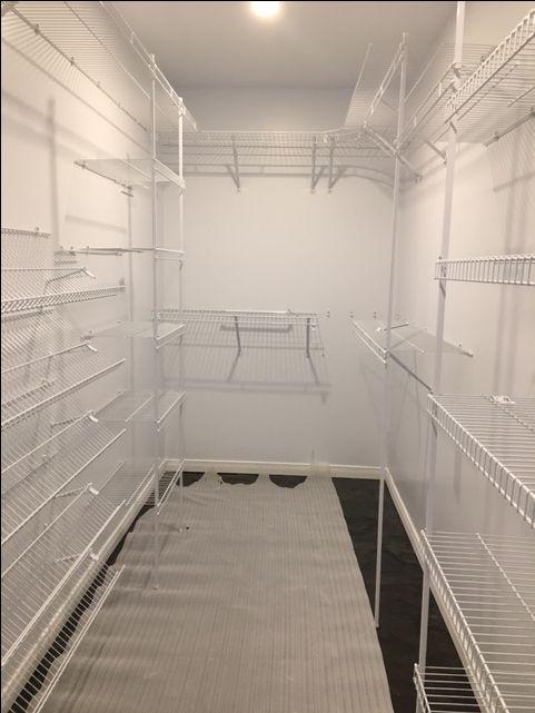 walk-in en couloir... il ya des trucs pour amenager ce genre de walk-in afin qu'il soit fonctionnel et agréable d'y rentrer et d'y circuler