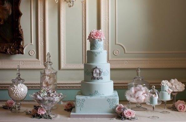 oeuf de canard bleu gâteau de mariage avec de l'argent encadrée par monogramme Zoe Clark Gâteaux