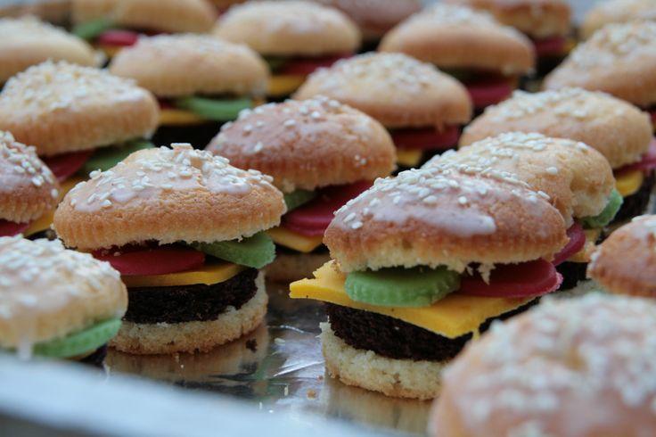 Hamburgertraktatie gemaakt door Sanne. Gemaakt van cupcake, brownies, marsepein en sesamzaadjes.