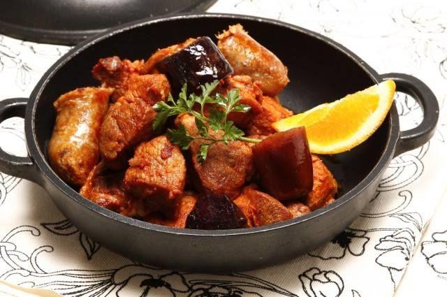 Aprenda a fazer Carne de porco com enchidos de maneira fácil e económica. As melhores receitas estão aqui, entre e aprenda a cozinhar como um verdadeiro chef.