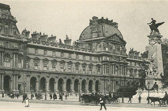 Faisant face au Louvre, la Place du Carrousel tire son nom du carrousel de 1662, fête militaire grandiose donnée en l'honneur de Louis XIV