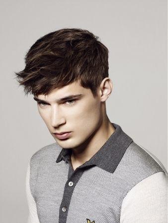 Coupe de cheveux légère pour jeune homme