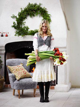Eva Lindh – Stylist » Lantliv. Love the wreath on the mantlepiece!