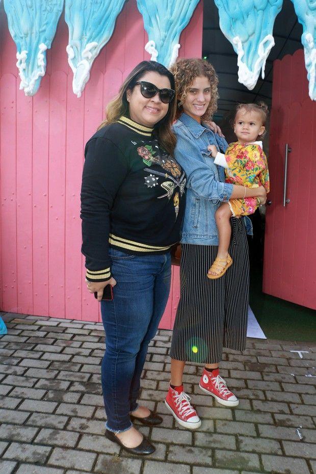 Preta Gil levou a nora, Laura Fernandez, e a neta, Sol de Maria.  (Foto: Dilson Silva; Agnews)