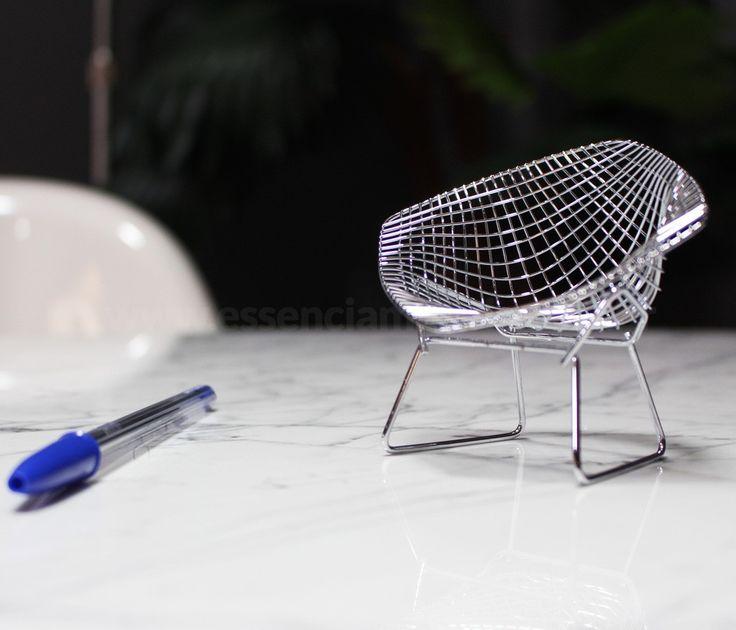 Miniatura Diamante, Inspirada na Diamond Chair de Harry Bertoia (1950), essa miniatura tem a graça e leveza da linha Bertoia.