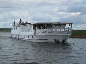 statek-hotel MS Classic Lady dopływający do Wioski Rowerowej. Statek idealny na spotkania VIP