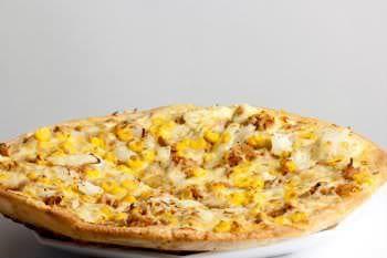 Receita de Penirli (Pizza Grega). Penirli é o nome de uma localidade perto de Atenas, na Grécia. Lá, a pizza em forma de barco é tão tradicional que virou marca registrada do lugar.