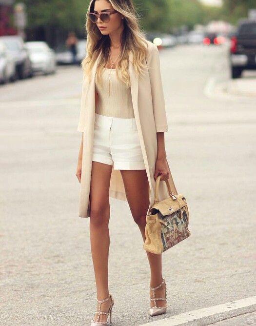 Street  formal outfit . Shorts blancos, sobretodo beige
