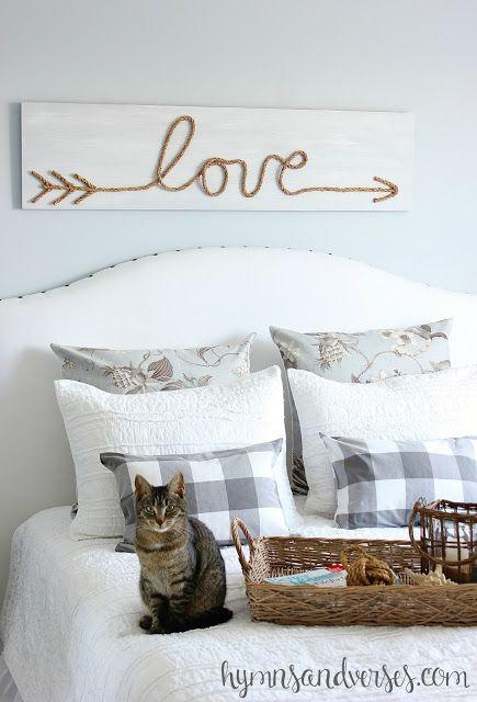 Esta decoração para parede de cabeceira pode ter o estilo que você quiser (Foto: hymnsandverses.com)