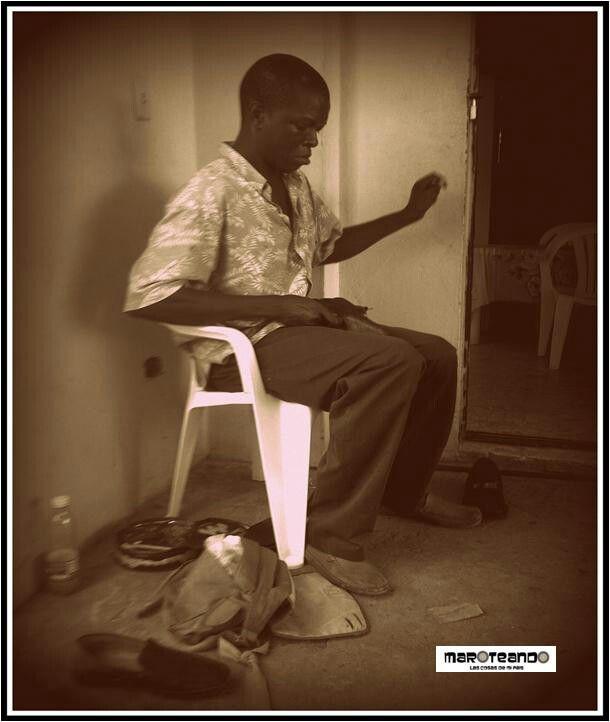 NADA COMO UNA BUENA SILLA PARA REALIZA UN BUEN TRABAJO #silla #trabajo #hombre #trabajador #zapatero #santodomingo #repúblicadominicana #caribe #dominicanrepublic #caribbean #maroteandord